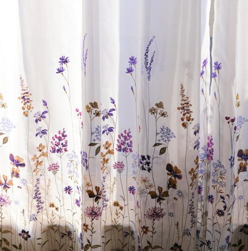 レースにお花の刺繍が施されたきれいなカーテン