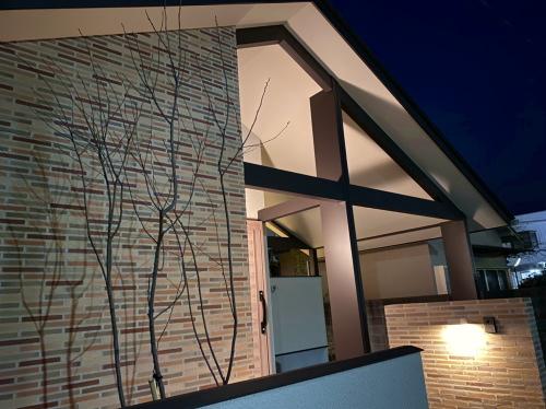 夜の住宅外観は照明が切妻屋根に反射して存在感ある雰囲気に