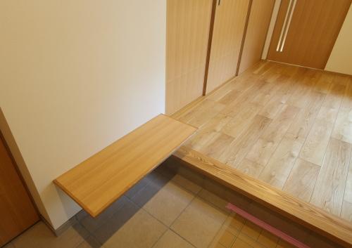 腰掛けたり荷物を置ける玄関のベンチ