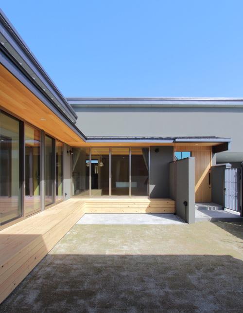 岡山市南区に完成した注文住宅、広々とした中庭を囲むコの字型の平屋