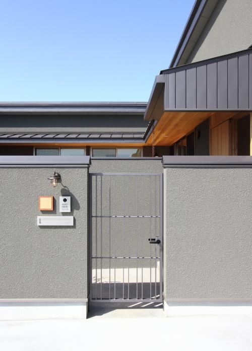 グレーの鉄扉が重厚な雰囲気のエントランス