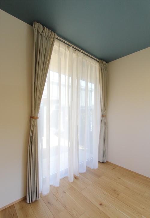 リネン素材が優しい雰囲気の寝室のカーテン