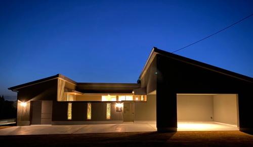 夜は幻想的な灯りに包まれる平屋の家