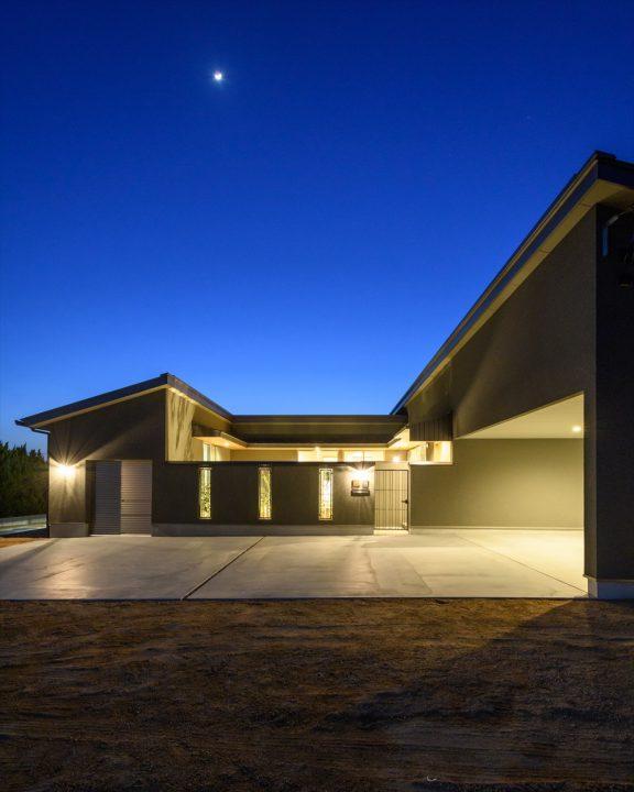 岡山市南区に完成した平屋、ガレージや外構が照らされる夜の住宅外観