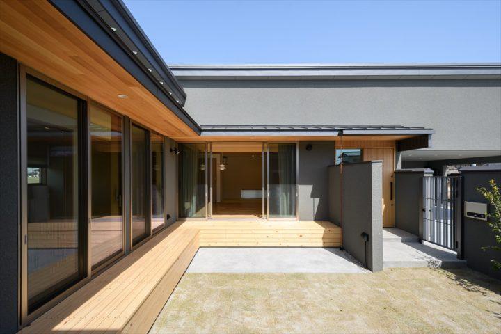 岡山市南区に完成した平屋、ウッドデッキと広い中庭