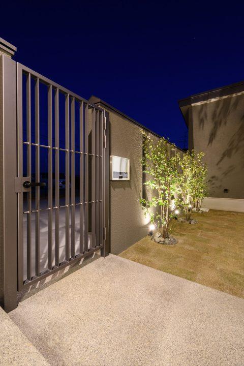 岡山市南区に完成した平屋、グレーの鉄扉や植栽がカッコイイ