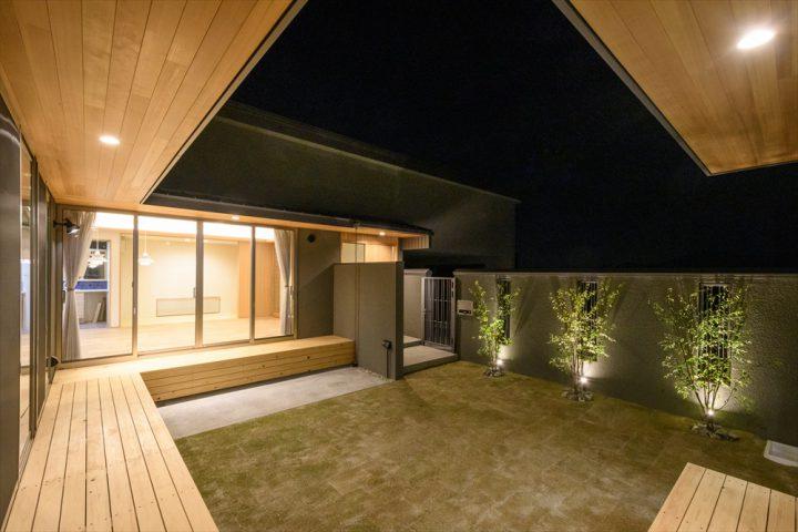 岡山市南区に完成した平屋、軒天はあざやかな板張りの中庭