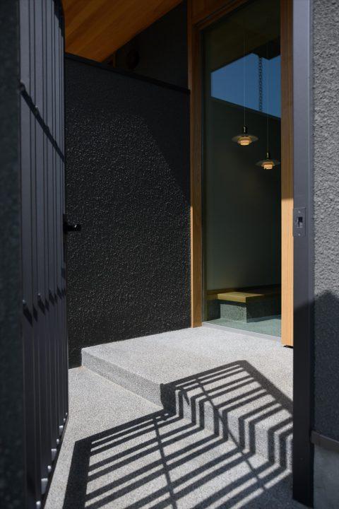 岡山市南区に完成した平屋、鉄扉や洗い出しの重厚感あるエントランス