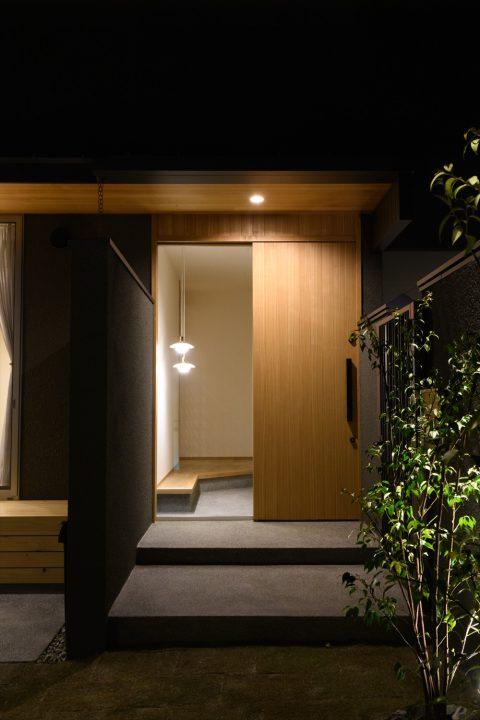岡山市南区に完成した平屋、植栽のライトアップがきれいな夜のエントランス