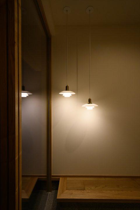 岡山市南区に完成した平屋、玄関にあるルイスポールセンの照明