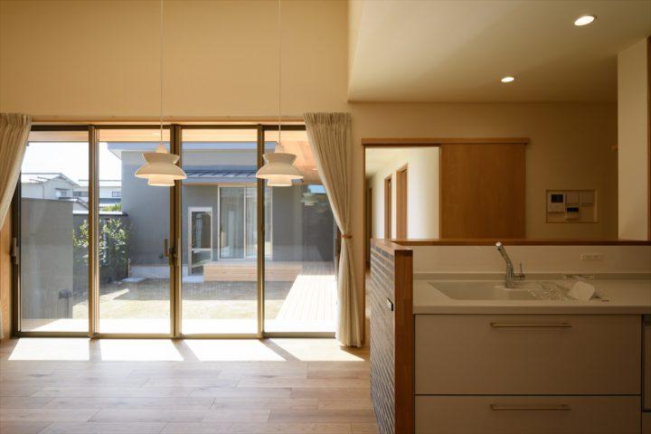 岡山市南区に完成した平屋、大きな窓から光が注ぐ明るいリビング