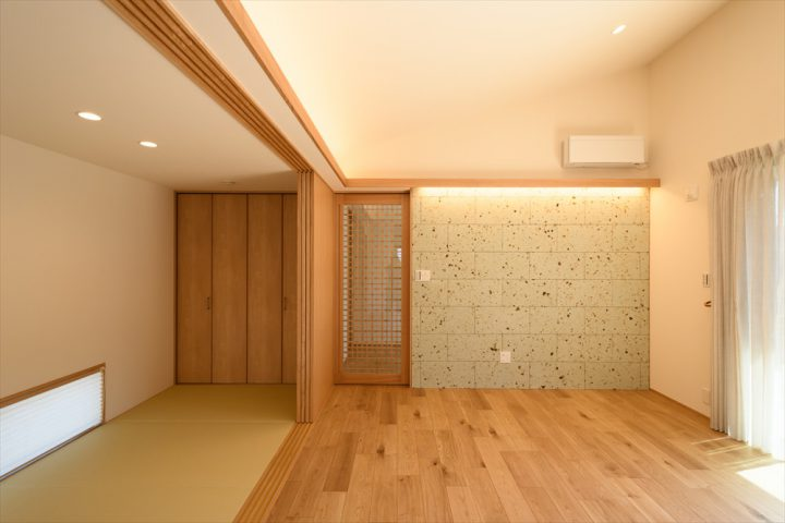 岡山市南区に完成した平屋、大谷石と木を基調にした落ち着くLDK