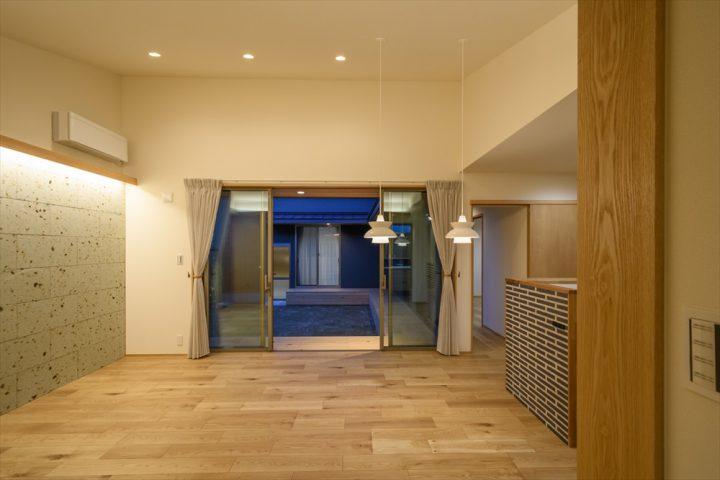 岡山市南区に完成した平屋、勾配天井と大きな窓のあるLDK