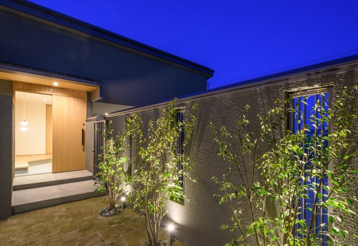 岡山市南区に完成した平屋、植栽のライトアップがきれいな中庭