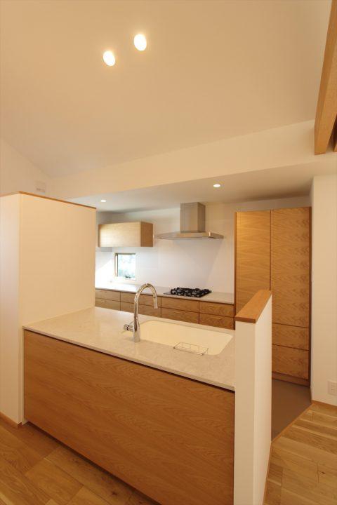 オーダーで製作したこだわりあふれる木目のキッチン