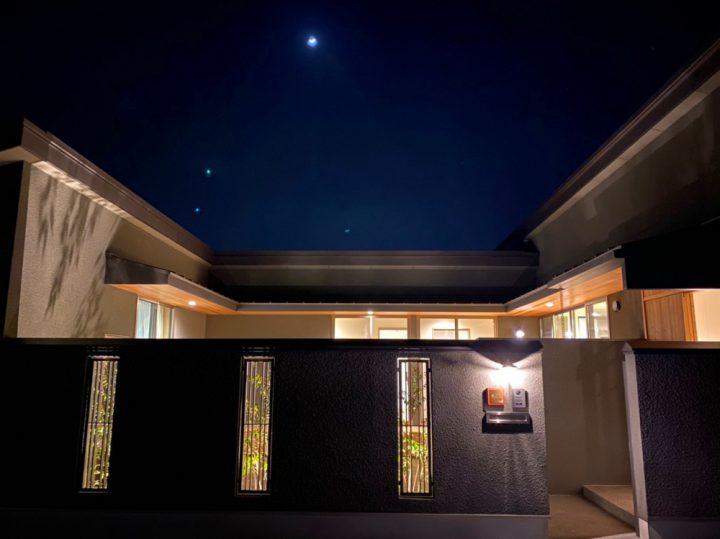 中庭から星空が見える、夜の平屋