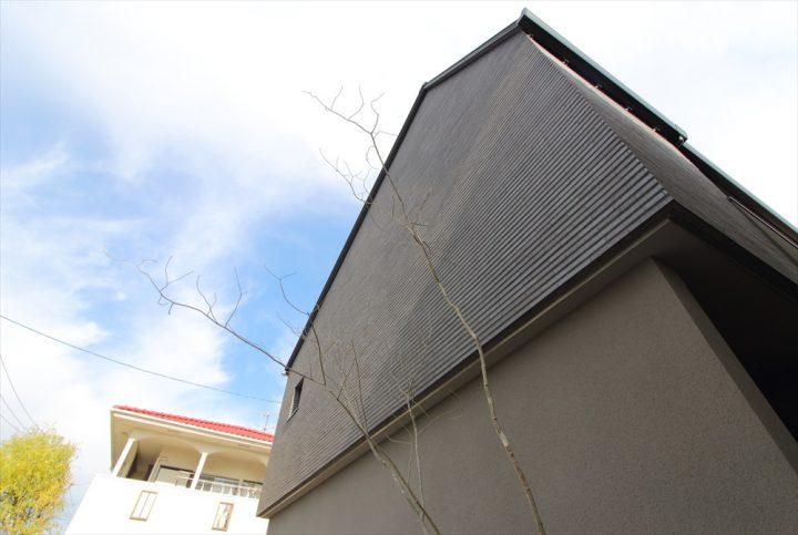 岡山市北区に完成した注文住宅、グレータイルが高級感ある住宅外観