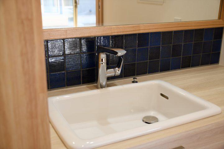 青いタイルを使った洗面スペース