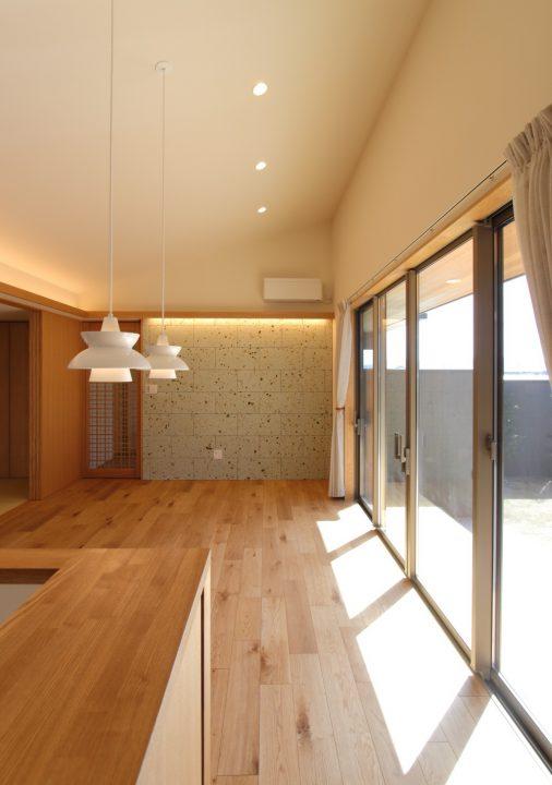 岡山市南区に完成した平屋、勾配天井が開放的なLDK