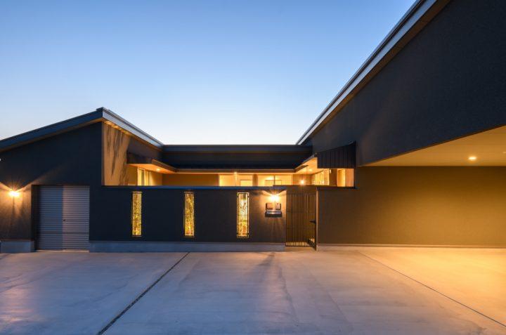 岡山市南区に完成した平屋、中庭からの光が美しい夜の外観