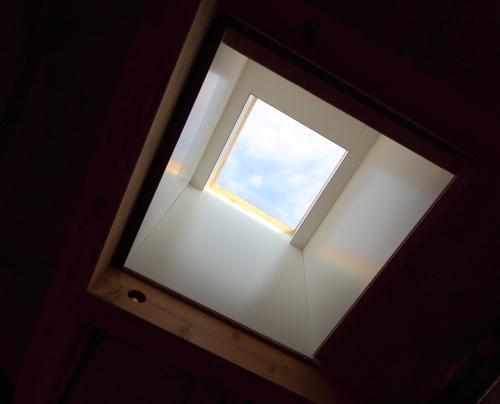 家の中ほどには明り取りの天窓が付いてます