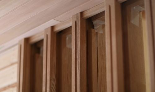 玄関は木の質感が高級感あるデザインです