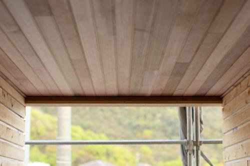 エントランスの豪華な板張り天井