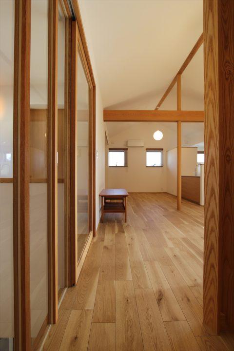 岡山市北区に完成した注文住宅、木と白でシンプルに仕上げた落ち着くLDK