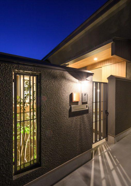 岡山市南区に完成した平屋、鉄の格子が幻想的な夜の中庭