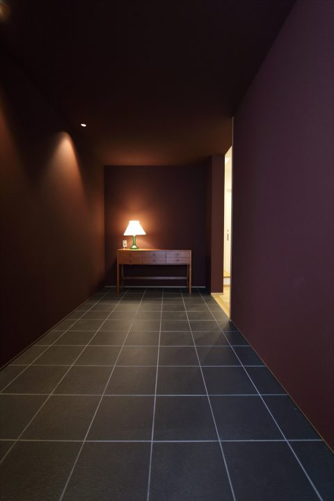 岡山市北区に完成した注文住宅、暗めのガーネット色でシックにまとめたフラット玄関