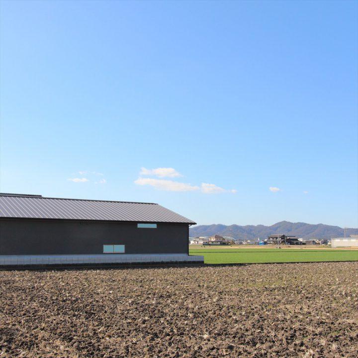 岡山市南区に完成した平屋、田園風景とのコントラストがかっこいい住宅外観