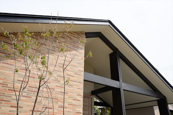 岡山市中区に完成した注文住宅、茶系タイルとブラウンの組み合わせがモダンな住宅外観