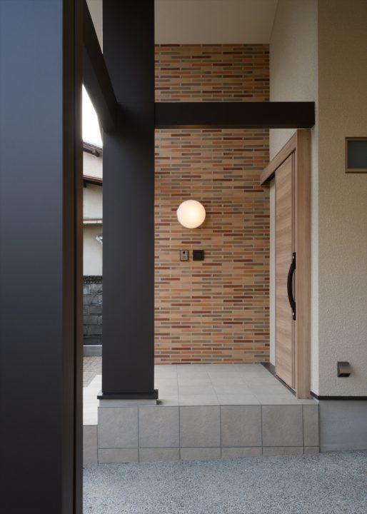高い天井とタイル壁のカッコイイ玄関アプローチ