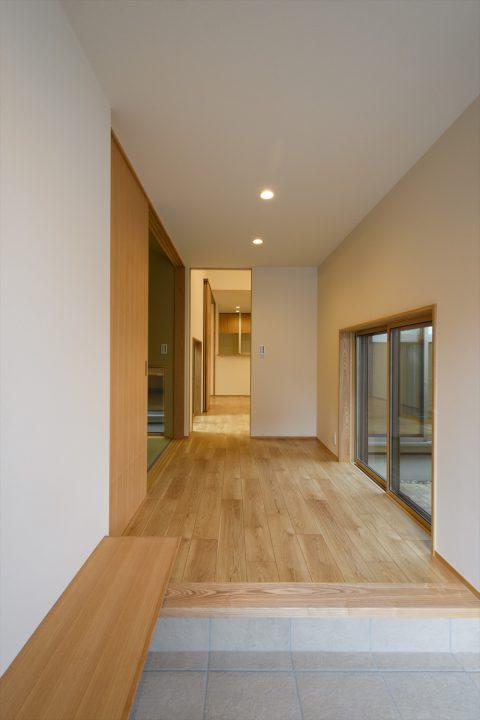 岡山市中区に完成した注文住宅、シンプルで広々としている玄関