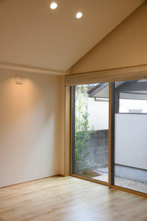 岡山市中区に完成した注文住宅、勾配天井と間接照明で開放的なリビング