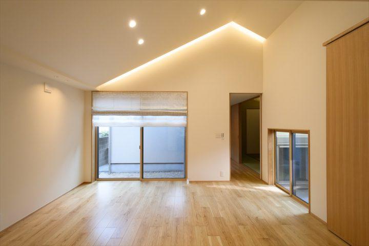 岡山市中区に完成した注文住宅、勾配天井のスリット部分に間接照明を埋め込み、上品な印象に