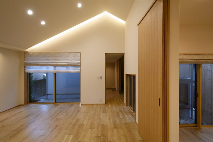 岡山市中区に完成した注文住宅、夜は照明で上質なリビング空間に