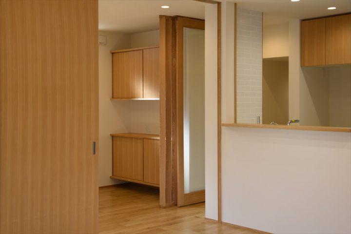 岡山市中区に完成した注文住宅、ダイニングには専用の造り付け家具で収納スペースを確保しました
