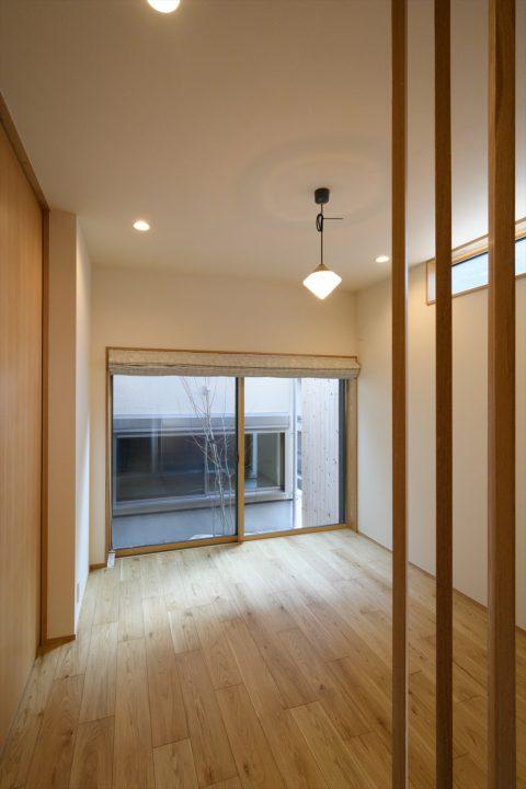 岡山市中区に完成した注文住宅、大きな窓と中庭から光が入り、明るいダイニング