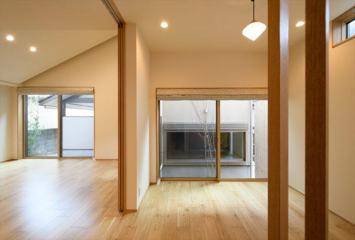 岡山市中区に完成した注文住宅、間仕切りを区切ればそれぞれ別の空間になるリビングとダイニング