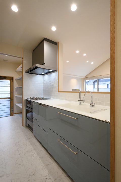 岡山市中区に完成した注文住宅、高級感あるクリスタル天板のキッチン