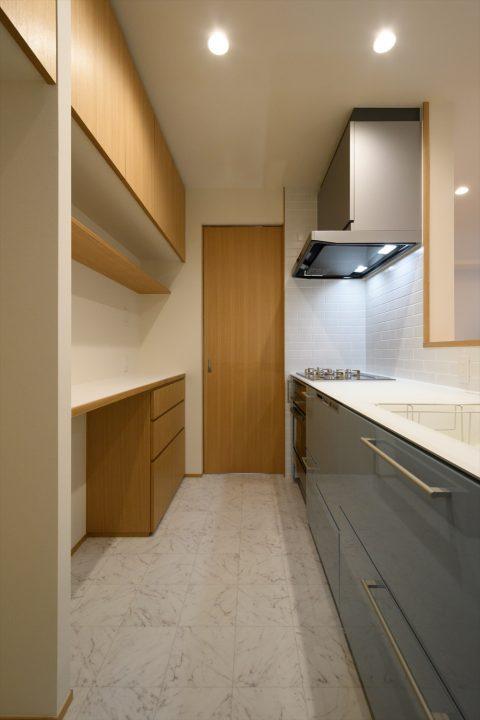 岡山市中区に完成した注文住宅、背面収納を造りつけたオシャレなキッチン