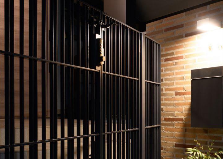 重厚感のあるダークグレーの鉄扉のあるアプローチ