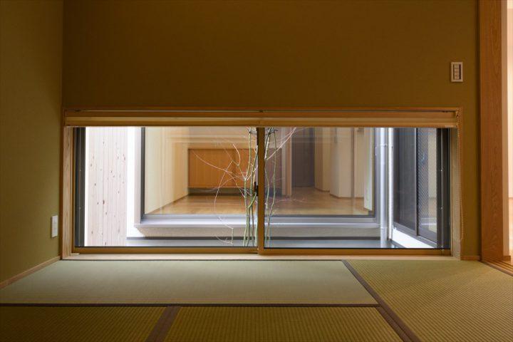 岡山市中区に完成した注文住宅、和室の窓からは趣きある中庭が見えます