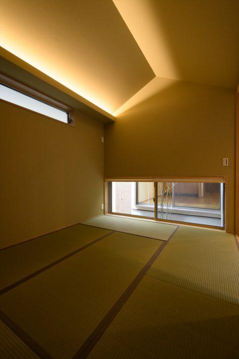 岡山市中区に完成した注文住宅、船底天井と中庭を眺める和室