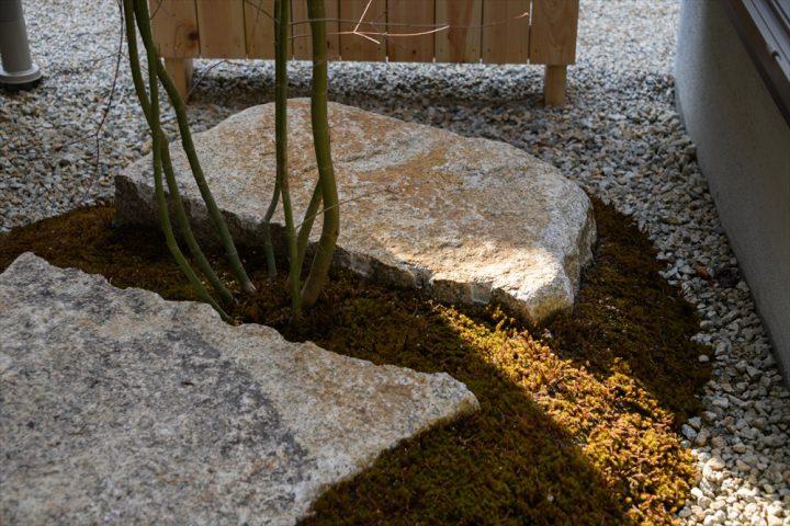 コケと石をメインにデザインした中庭