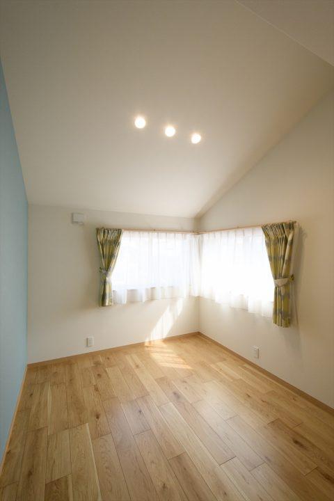 岡山市中区に完成した注文住宅、アクセントクロスと高い天井で明るい子供部屋