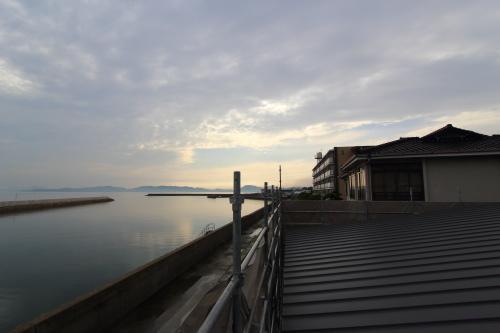 倉敷市に建築中の平屋、夕日と平屋