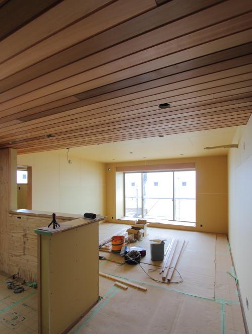 倉敷市に建築中の平屋、板張り天井のキッチンから見るダイニングとリビング