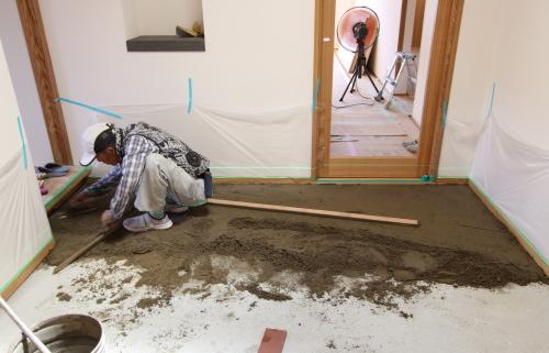 タイルの岡崎さんによる玄関のタイル工事